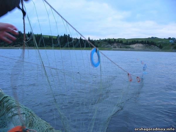 как ставит сеть рыболовную на реке видео